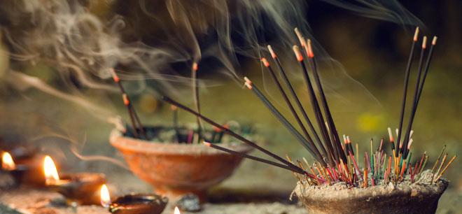 Spalovanie vonných tyčiniek